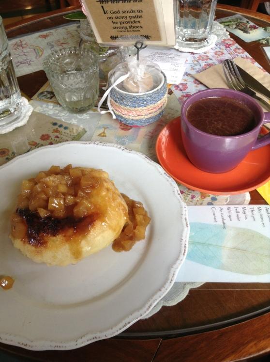 Ensaimada con manzanas y una taze de chocolate espeso y sabroso